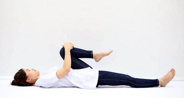 Động tác căng gối sát ngực