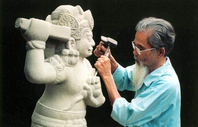 Nghệ nhân đang tỉ mỉ tạo hình cho các khối đá
