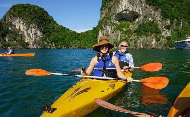 Chèo thuyền khám phá Hạ Long