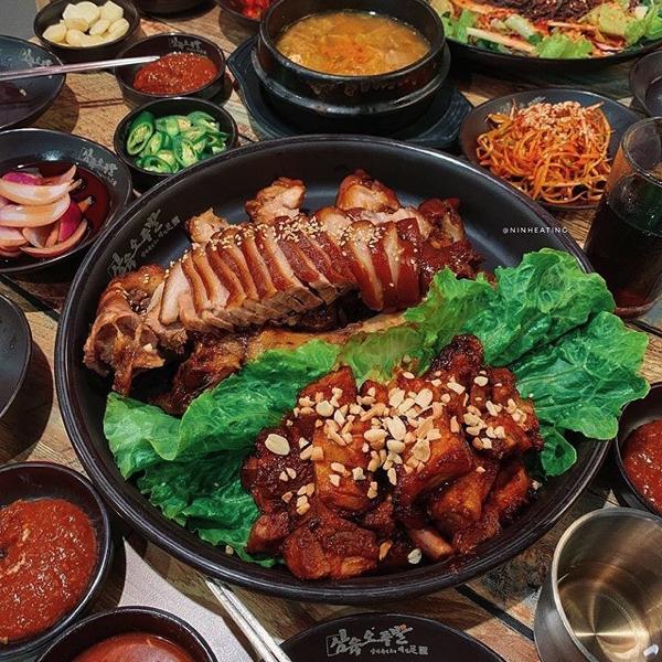 Món ăn hấp dẫn này thường được người Hàn Quốc ăn vào ban đêm với 1 ly rượu Soju