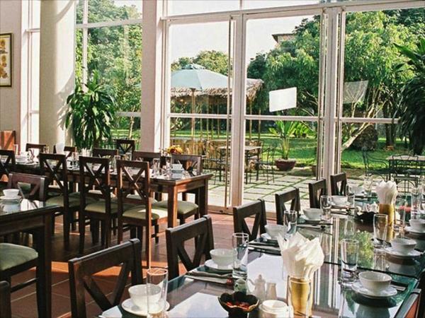 dịch vụ ăn uống của nhà hàng trong khuôn viên V-Resort